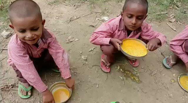 यूपी: मिड-डे मील की एक और शर्मनाक तस्वीर, नमक-रोटी के बाद अब बच्चों को परोसा हल्दी-पानी